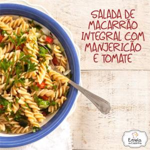 Salada de macarrão integral com manjericão e tomate